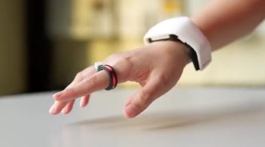 AuraRing: anello intelligente per il tracciamento elettromagnetico di precisione del dito